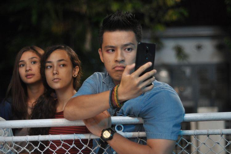 Morgan Oey dalam sebuah adegan di film Mahasiswa Baru.
