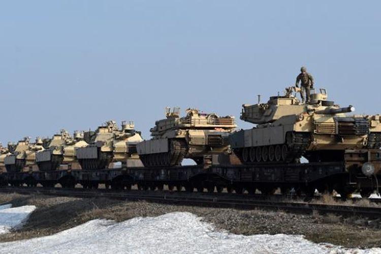 Personel militer AS dari Divisi Infantri ke-4 memeriksa sejumlah tank di pangkalan udara Mihail Kogalniceanu dekat kota Constanta, Romania pada pertengahan Februari 2017.