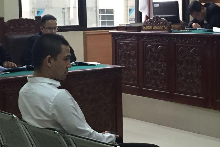 Terdakwa kasus dugaan penyalahgunaan narkotika, Axel Matthew Thomas (19), saat menjalani persidangan di Pengadilan Negeri Tangerang, Kamis (14/9/2017).