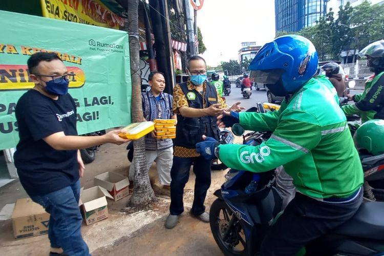 Berawal dari seporsi nasi bungkus, para pelaku usaha warteg yang tergabung dalam Komunitas Warteg Nusantara (Kowantara) terus menginspirasi dengan berbagi lauk pauk kepada masyarakat di tengah PPKM saat ini.