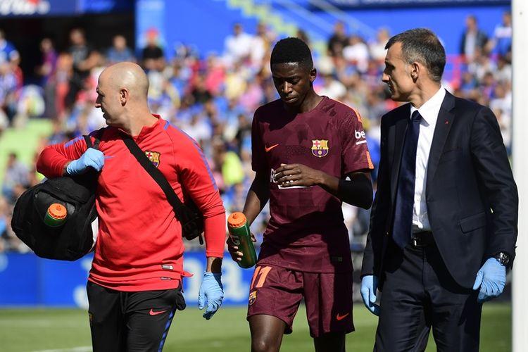 Penyerang Barcelona, Ousmane Dembele (tengah), berjalan bersama dokter tim dalam pertandingan La Liga melawan Getafe di Stadion Col. Alfonso Perez, Getafe, 16 September 2017.
