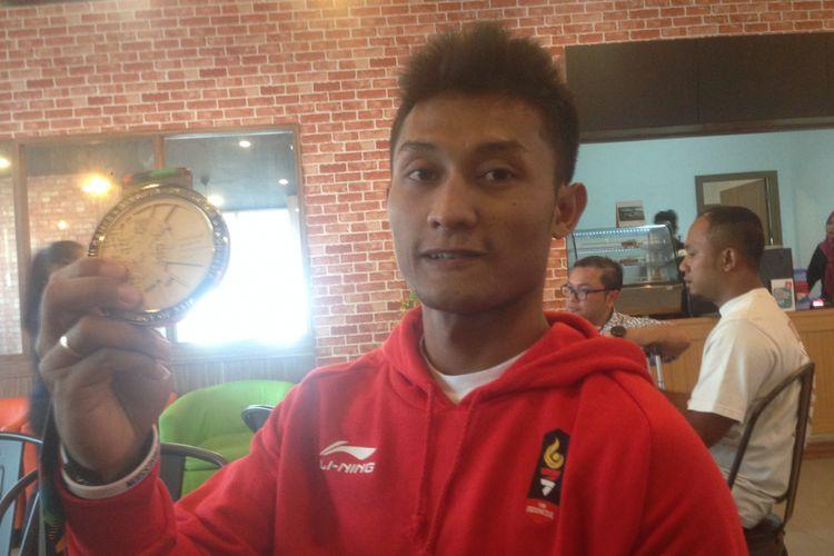 Atlet sepeda gunung atau downhild, Khoiful Mukhib meraih medali emas  saat berlaga di Asian Games 2018. Medali dipersembahkan untuk sang calon bayi, dimana istrinya Hamida Nasihati tengah mengandung dengan usia 9 bulan.