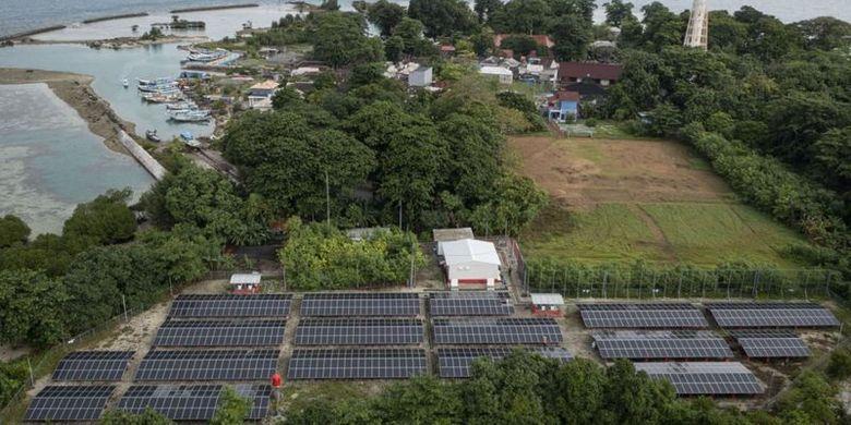 Panel matahari terpasang di sisi utara Pulau Sabira di Kabupaten Kepulauan Seribu, DKI Jakarta. PLTS di pulau itu menghasilkan listrik sebesar 1.200 kWh per hari atau memenuhi 50% konsumsi listrik harian sekitar 600 penduduk Sabira.
