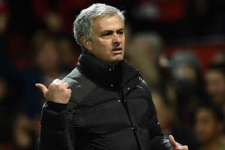 Ekspresi Manajer Manchester United, Jose Mourinho, saat timnya melawan Middlesbrough dalam lanjutan Premier League, di Stadion Old Trafford, Sabtu (31/12/2016) waktu setempat.