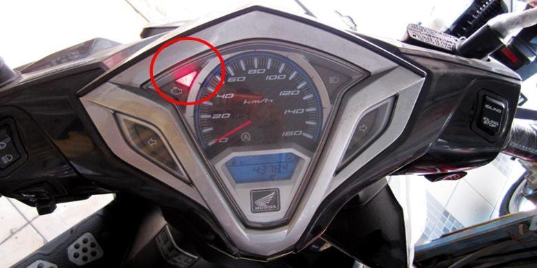Lampu indikator akan menyala berwarna merah, jika air radiator akan habis.