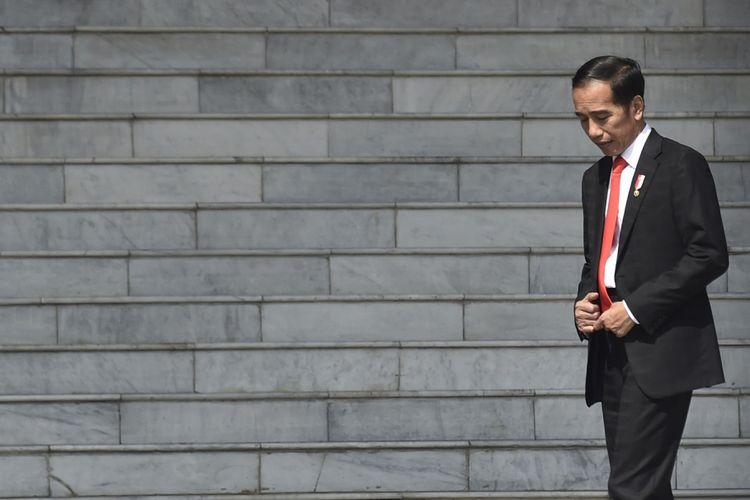 Presiden Joko Widodo atau Jokowi menanti kehadiran Perdana Menteri Malaysia Mahathir Mohamad dan Ibu Siti Hasmah dalam kunjungan kenegaraan di Istana Bogor, Jawa Barat, Jumat (29/6). ANTARA FOTO/Puspa Perwitasari/Spt/18