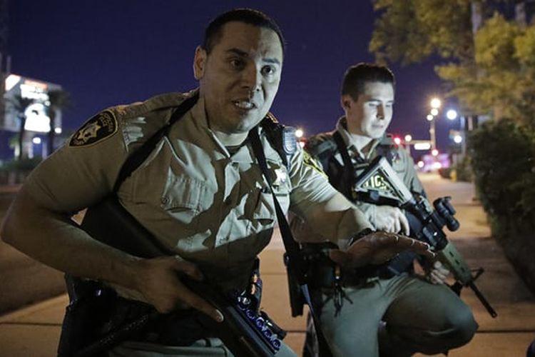 Petugas polisi meminta warga untuk berlindung di dekat lokasi penembakan di kawasan resor dan kasino Mandalay Bay di Las Vegas Strip.