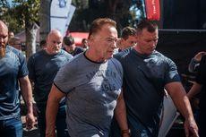 Pria Nekat Tendang Punggung Arnold Schwarzenegger