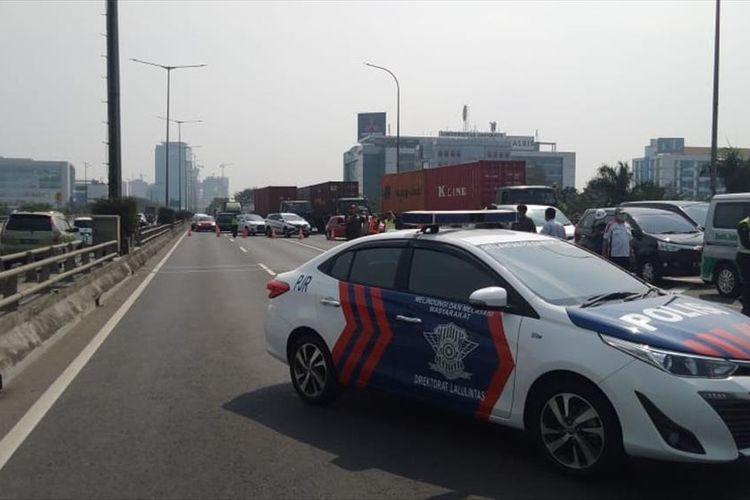 Tol Wiyoto Wiyono Arah Cawang ditutup Sementara, Pengendara dialihkan Keluar Pulomas, Rabu (24/7/2019).