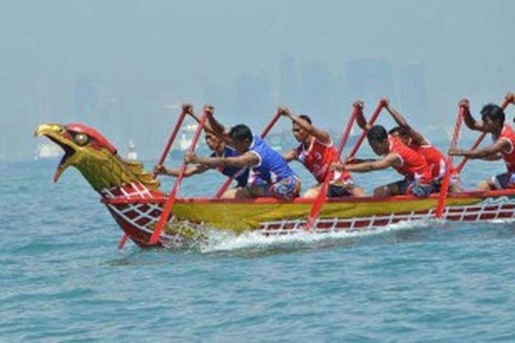 Tim dari Galang melaju paling depan dalam ajang tahunan International Sea Eagle Boat Race di perairang Elang-elang, Belakang Padang, Batam, Jumat (16/11/2012).