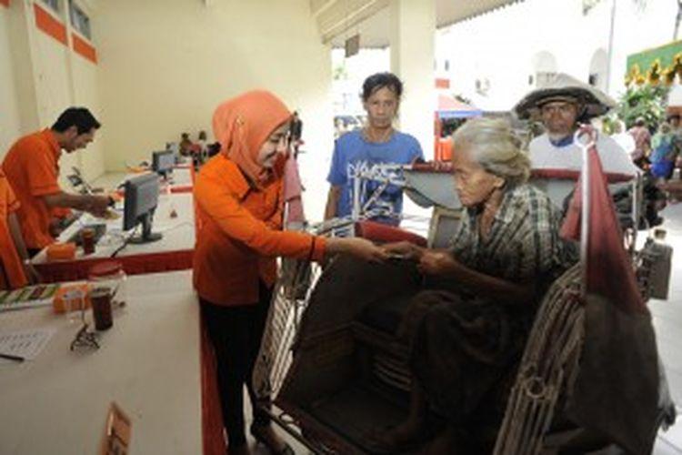 Warga lanjut usia mendatangi Kantor Pos Besar, Yogyakarta, untuk mengambil dana Bantuan Langsung Sementara Masyarakat (BLSM) sebesar Rp 300.000, Sabtu (22/6/2013). Dana BLSM di wilayah Kota Yogyakarta disalurkan kepada 16.031 Rumah Tangga Sasaran (RTS).