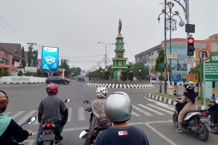 Pengguna jalan berhenti di lampu merah Simpang Tugu Bank Aceh yang diselimuti kabut asap di Jalan Merdeka, Kota Lhokseumawe, Senin (23/9/2019)