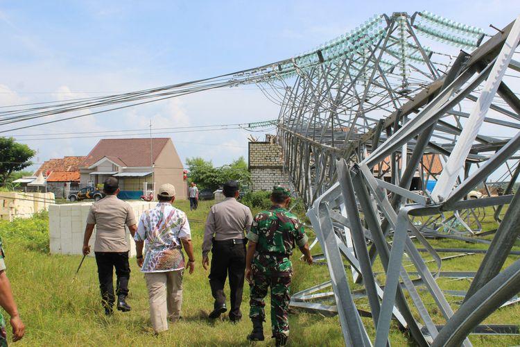 TNI dan kepolisian melakukan pengecekan kondisi Tower Saluran Udara Tegangan Tinggi (SUTT) milik PLN di Desa Kabongan Kidul, Kecamatan Kota Rembang yang ambruk, Rabu (26/2/2020).