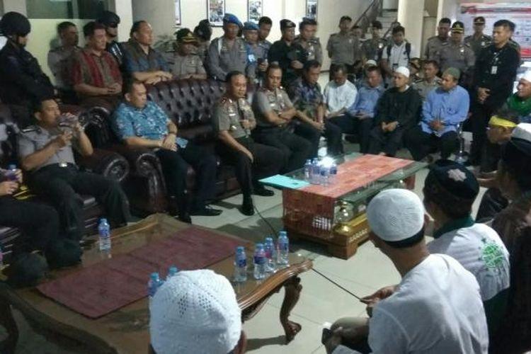 Kapolda Kalbar, Irjen Pol Musyafak saat berdialog dengan perwakilan pengunjuk rasa di Mapolda Kalbar (20/1/2017)