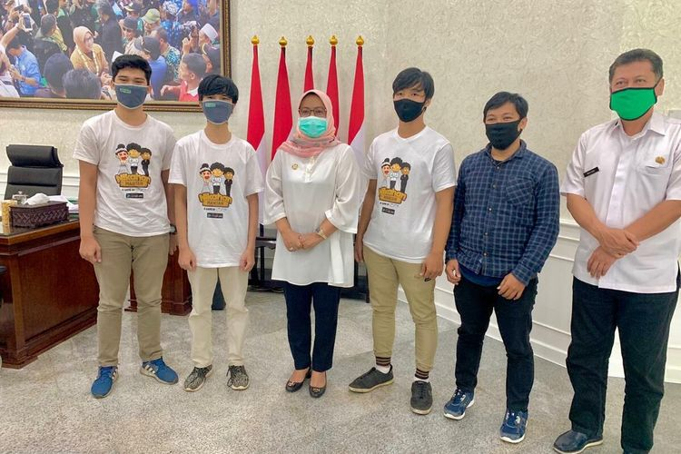 Tiga anak berprestasi, Ibnu Royyim Abdul, Sayyid Hasaab Alfath dan Ibnu Harun saat bertemu Bupati Bogor Ade Yasin di Cibinong, Kabupaten Bogor, Jawa Barat, Rabu (15/7/2020).
