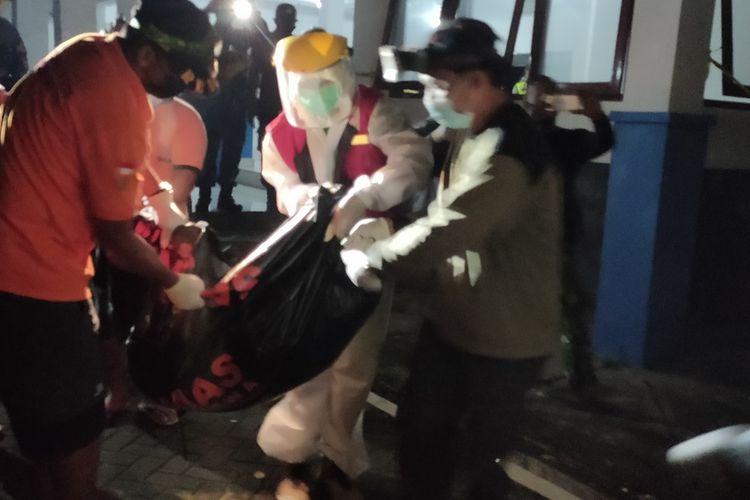 Evakuasi mayat seorang perempuan muda dari depan pintu kamar mandi Dermaga Glagah, Temon, Kulon Progo, Daerah Istimewa Yogyakarta. Jenazah dibawa ke RSUD Wates.