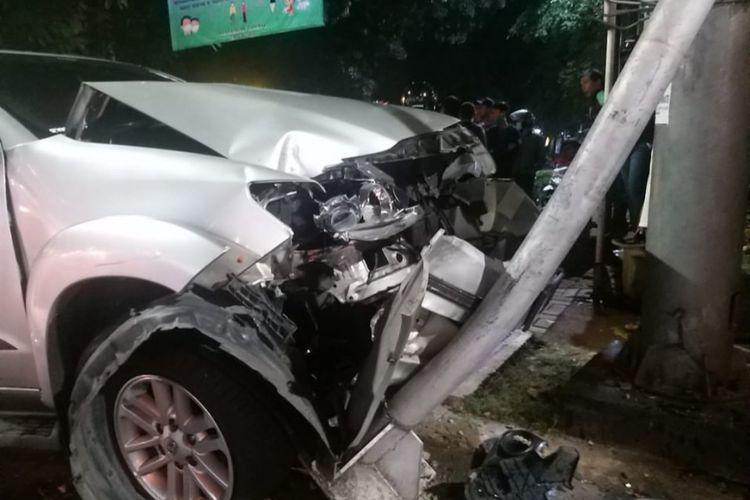 Kecelakaan antara mobil dan dump truk di wilayah Taman Anggrek Jl. S Parman, Jakarta Barat, Selasa (28/4/2020) malam