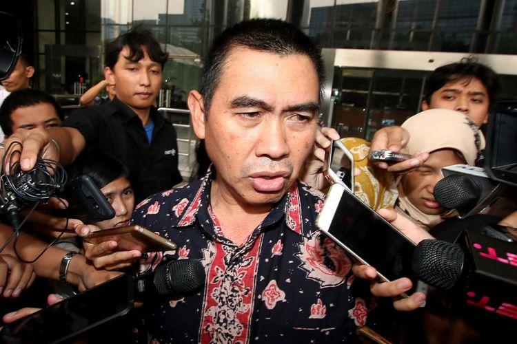 Walikota Malang Mochamad Anton menjawab pertanyaan wartawan seusai menjalani pemeriksaan di gedung KPK, Jakarta, Senin (14/8/2017). Mochamad Anton diperiksa KPK sebagai saksi atas kasus tindak pidana korupsi suap terkait pembahasan APBD-P pemerintah kota Malang TA 2015 dengan tersangka M.Arief Wicaksono. ANTARA FOTO/Rivan Awal Lingga/pd/17