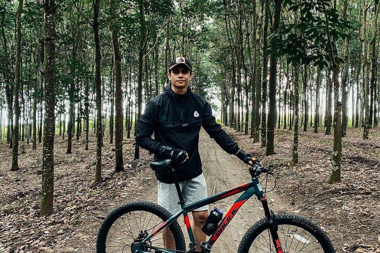 Kiper Bali United, Nadeo Agrawinata mengisi waktu dengan bersepeda selama penghentian sementara kompetisi Liga 1 2020.