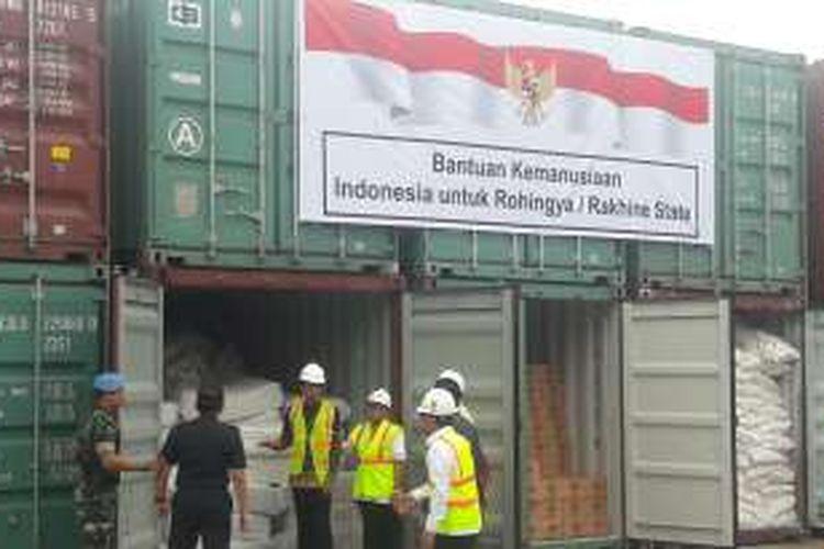 Presiden Joko Widodo saat melepas paket bantuan bagi warga Rohingya di Rakhine State, Myanmar. Pelepasan bantuan dilaksanakan di Pelabuhan Tanjung Priok, Jakarta Utara, Kamis (29/12/2016).