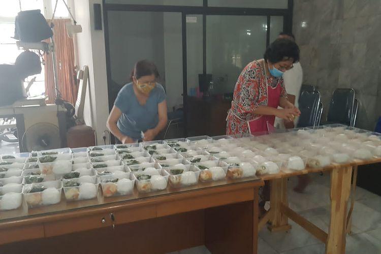 Gerakan Teman Bantu Teman bagi-bagi makanan gratis untuk pasien Covid-19 yang menjalani isolasi mandiri di sekitar wilayah Jakarta Barar dan Jakarta Utara.
