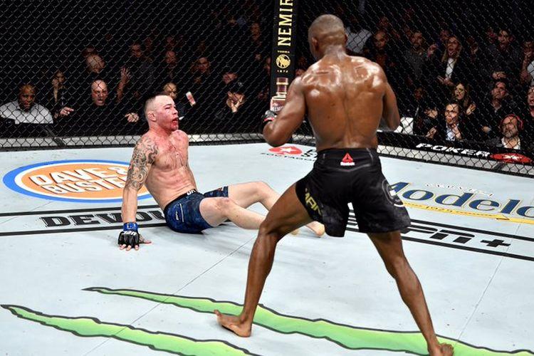 Kamaru Usman menjatuhkan Colby Covington pada ronde kelima partai utama UFC 245 di T-Mobile Arena, Las Vegas, Nevada, pada Sabtu (14/12/2019).