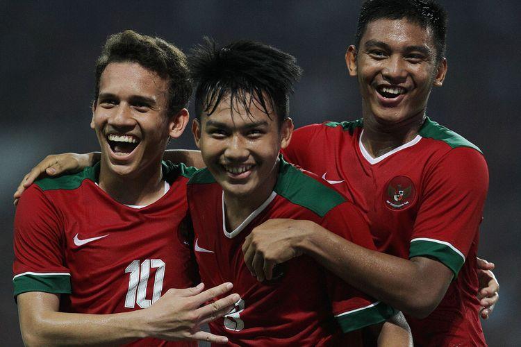 Trio EWR - Egy Maulana Vikri, Witan Sulaeman, dan M Rafli - merayakan gol pertama timnas U-19 Indonesia ke gawang Thailand pada laga persahabatan di Stadion Wibawa Mukti, Minggu (8/10/2017).