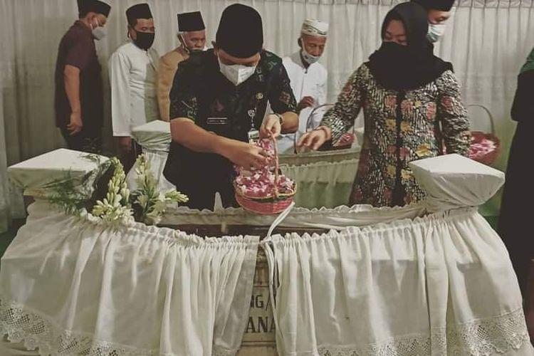Bupati Semarang Ngesti Nugraha melakukan tabur bunga.