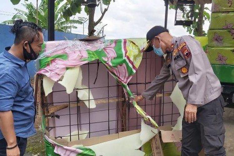 Kapolsek Pekalongan Selatan Kompol Basuki (kanan) memperlihatkan kasur springbed yang palsu