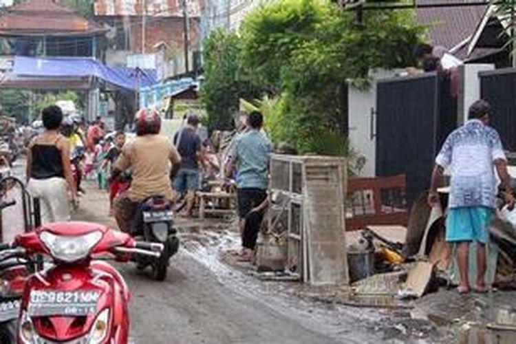 Banjir yang melanda Kelurahan Komo Luar, Kecamatan Tikala, Manado mulai surut, warga mulai membersikan permukiman dan rumah mereka.