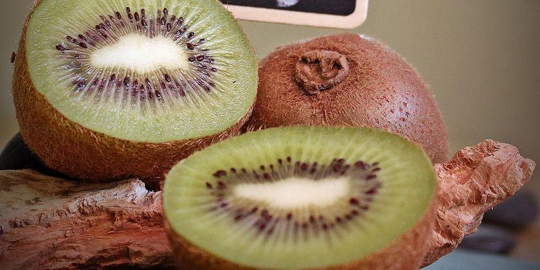 Buah kiwi, makanan bantu buat tidur nyenyak.