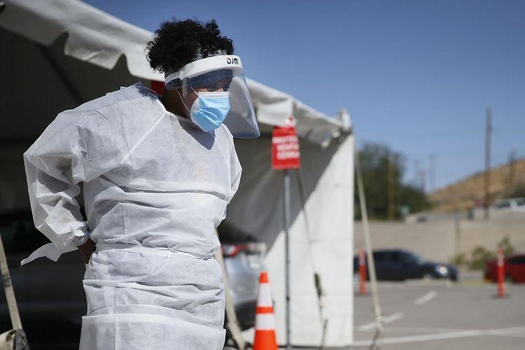 Dalam file foto 26 Oktober 2020 ini, seorang pekerja medis berdiri di lokasi pengujian lantatur (layanan tanpa turun) El Paso, negara bagian Texas.