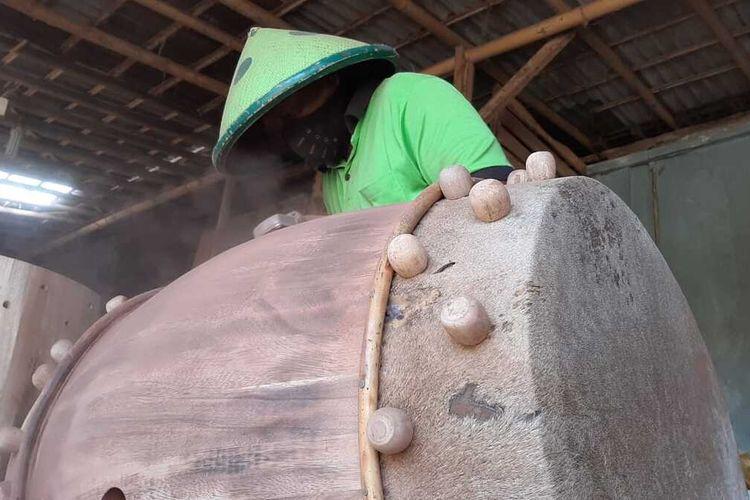 Perajin bedug di Desa Keniten, Kecamatan Kedungbantenh, Kabupaten Banyumas, Jawa Tengah.