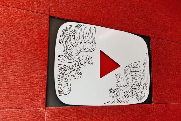 Logo YouTube di kantor Google Indonesia di Jakarta