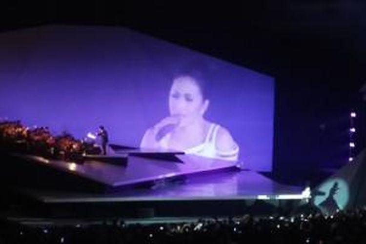 Krisdayanti saat menyanyikan tembang-tembang andalannya di atas panggung konser Traya, di Plenary Hall, Jakarta Convention Center, Jakarta Pusat, Minggu (3/5/2015) malam.
