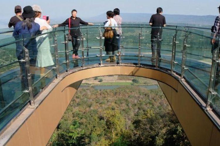 Obyek wisata ini bernama Skywalk yang terletak di Nong Khai, timur laut Thailand.