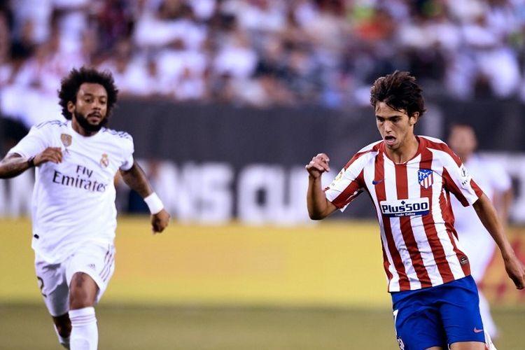 Marcelo mencoba mengejar Joao Felix pada pertandingan Real Madrid vs Atletico Madrid dalam lanjutan ICC 2019 di New Jersey, 26 Juli 2019.