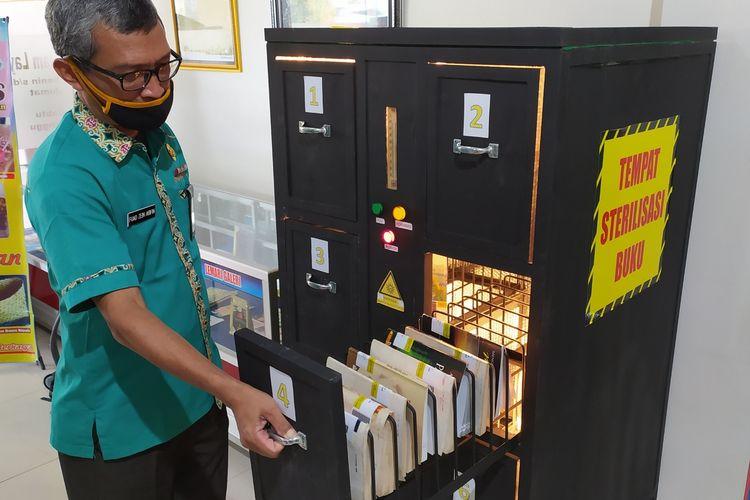 Alat untuk sterilisasi buku yang disebut dropbox di Perpustakaan Daerah Kabupaten Banyumas, Jawa Tengah.