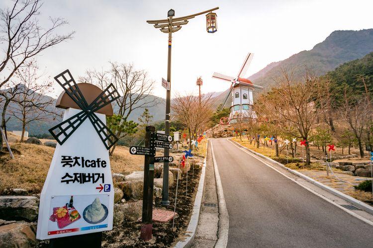 restoran berbentuk kincir angin di Donguibogam Village, Korea Selatan