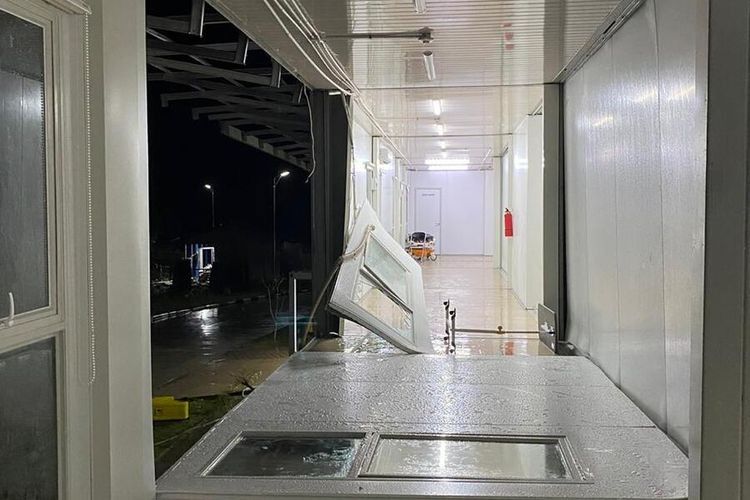 Rumah Sakit Khusus Infeksi (RSKI) Covid-19 Pulau Galang, Batam, Kepulauan Riau (Kepri) mengalami kerusakan dibagian atap dan dindingnya. Hal ini setelah rumah sakit tersebut dihantam angin kencang yang disertai hujan sekitar pukul 02.30 WIB, Rabu (16/9/2020) dinihari tadi.