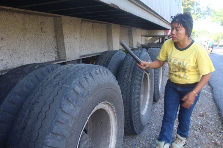 Imah Suswanti mengecek kondisi truk trailer sebelum dikendarainya di Jalan Raya Lawang, Kabupaten Malang, Jumat (20/4/2018).