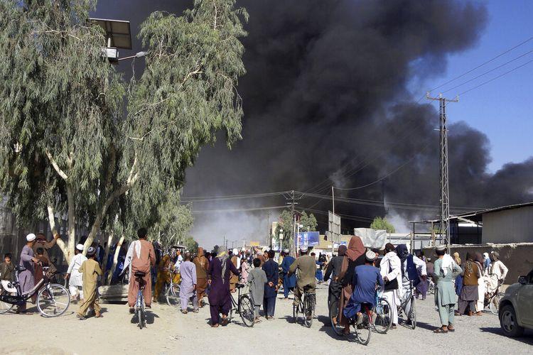 Asap mengepul setelah milisi Taliban dan personel keamanan Afghanistan bentrok di Kandahar, barat daya Kabul, Afghanistan, Kamis (12/8/2021).