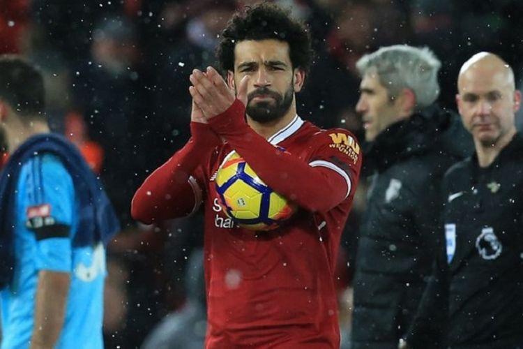 Mohamed Salah memberi aplaus kepada penonton di Stadion Anfield seusai laga Premier League antara Liverpool dan Watford, Sabtu (17/3/2018).