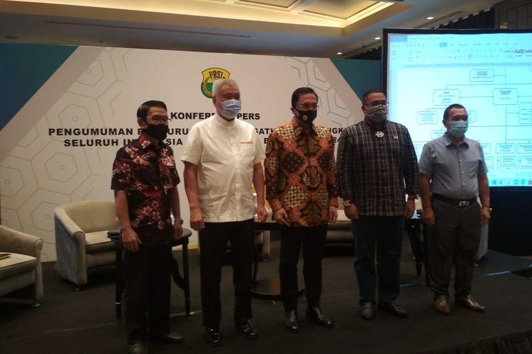 Ketua Umum PP PBSI, Agung Firman Sampurna (tengah), bersama jajarannya saat mengumumkan kepengurusan PP PBSI periode 2020-2024 di Hotel Ayana Mid Plaza, Rabu (23/12/2020).