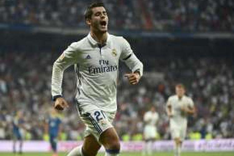 Penyerang Real Madrid, Alvaro Morata, merayakan gol ke gawang Celta Vigo, dalam laga La Liga di Stadion Santiago Bernabeu, Sabtu (27/8/2016) waktu setempat.