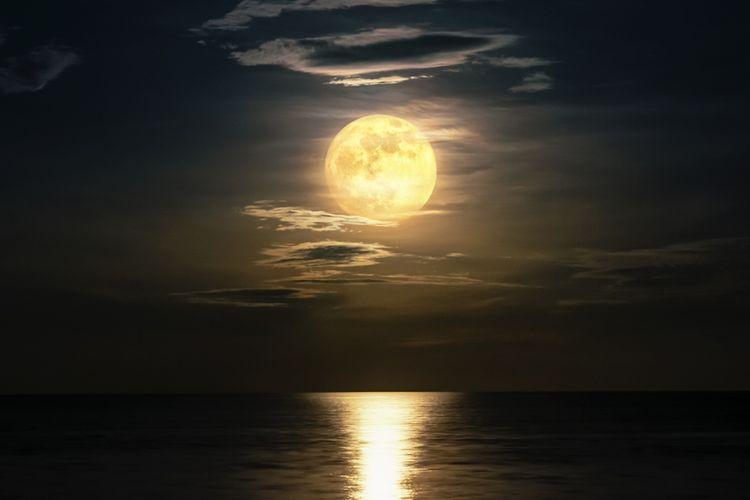 Ilustrasi bulan purnama. Fenomena bulan purnama sering dikaitkan dengan gelombang pasang air laut.