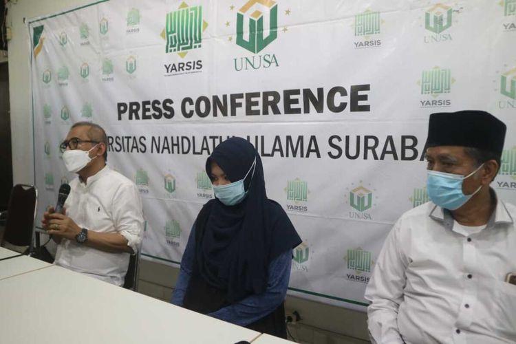 Istri Serda Mes Guntur Ari Prasetyo, Berda Asmara, bersama Rektor Unusa Prof Ir Achmad Jazidie dan Ketua Rais Syuriah PCNU Surabaya KH Mas Sulaiman saat konferensi pers di Kampus Unusa Surabaya, Senin (26/4/2021).