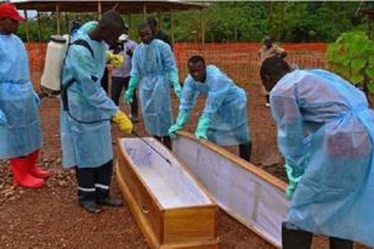 Sebanyak 20 petugas kesehatan ikut terinfeksi dan tewas di Sierra Leone.