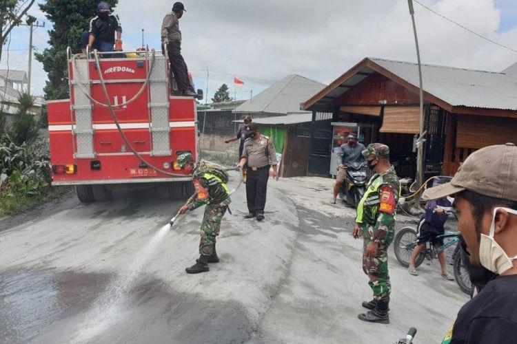 Personel TNI-Polri, Satpol PP, petugas pemadam kebakaran, Basarnas dan masyarakat terus membersihkan daerah yang terdampak erupsi Sinabung.
