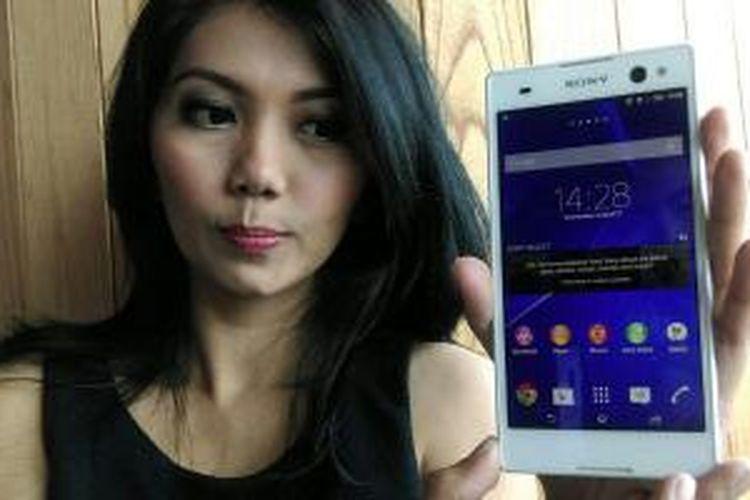Model memamerkan Sony Xperia C3 di Jakarta, Rabu (27/8/2014).